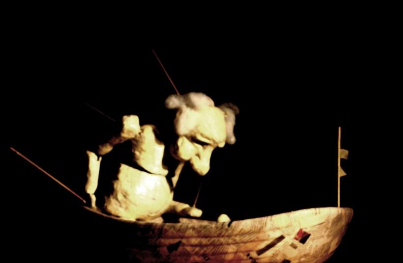 El Pescador presenta la salida de un pescador al mar, rescatando el rito de su preparación y la sensación de éste cada mañana al embarcarse, tocando la fibra más humana, la de la incertidumbre que viven los pescadores todos los días al no saber si van a volver a casa. Enfrentado a un naufragio, el pescador está solo y perdido, buscando un rescate acude a su propia naturaleza, la de una marioneta de papel.